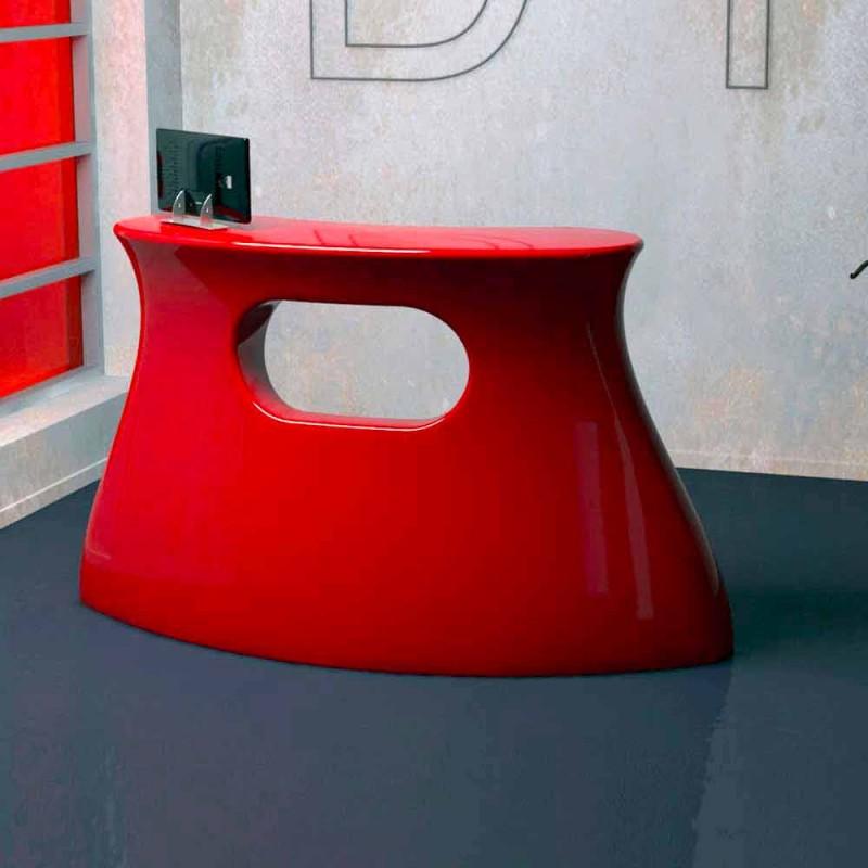 Bob vyrobil v Itálii stůl recepce