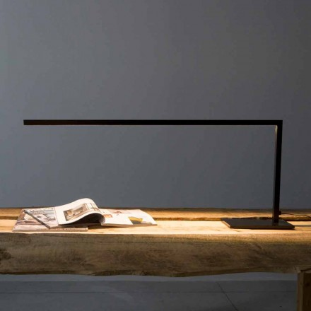 Designová stolní lampa z matně černě lakovaného železa vyrobené v Itálii - Linea