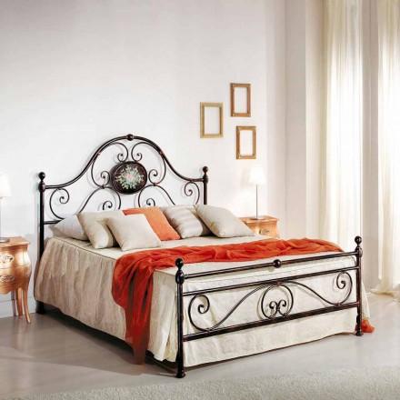 Manželská postel s tepaného železa návrh vytvořený Alexa