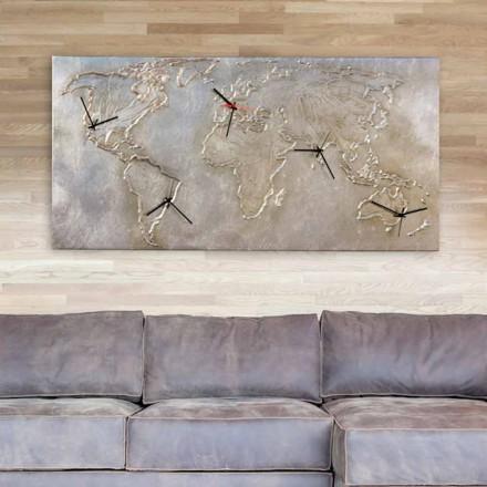 Moderní hodiny s pěti číselníky zobrazujícími svět Miles