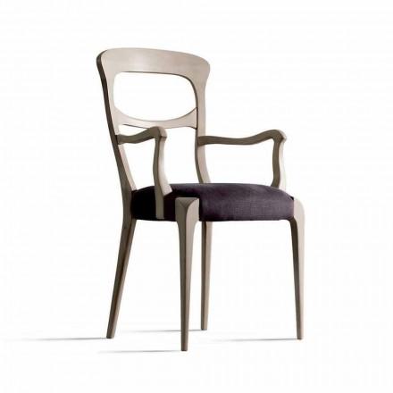 v pevném ořechovou židli s područkami a sedadla tkaniny, Noemy
