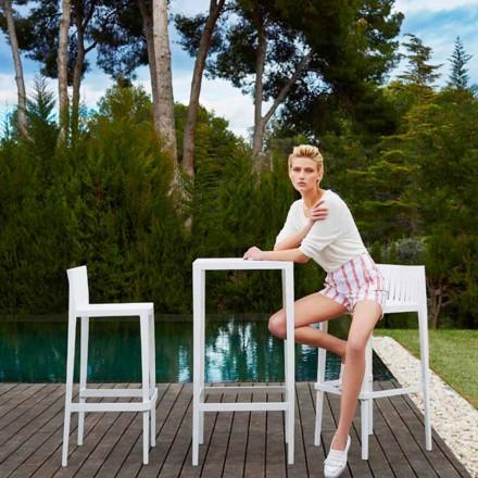 Zahradní stůl Vondom Spritz a dvě bílé designové stoličky